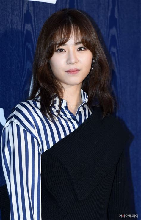 Lee Yeon Hee makes an appearance at Burberry flagship
